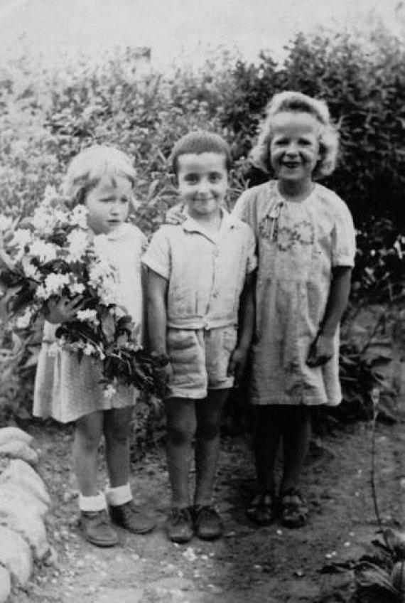 Asmeninio archyvo nuotr./Romualdas Jakubas Veksleris-Vaškinelis su vaikystės kiemo draugėmis.