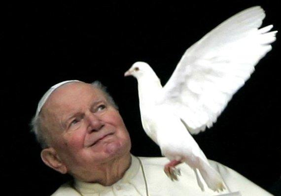 """""""Reuters""""/""""Scanpix"""" nuotr./Popiežius Jonas Paulius II su balandžiu"""