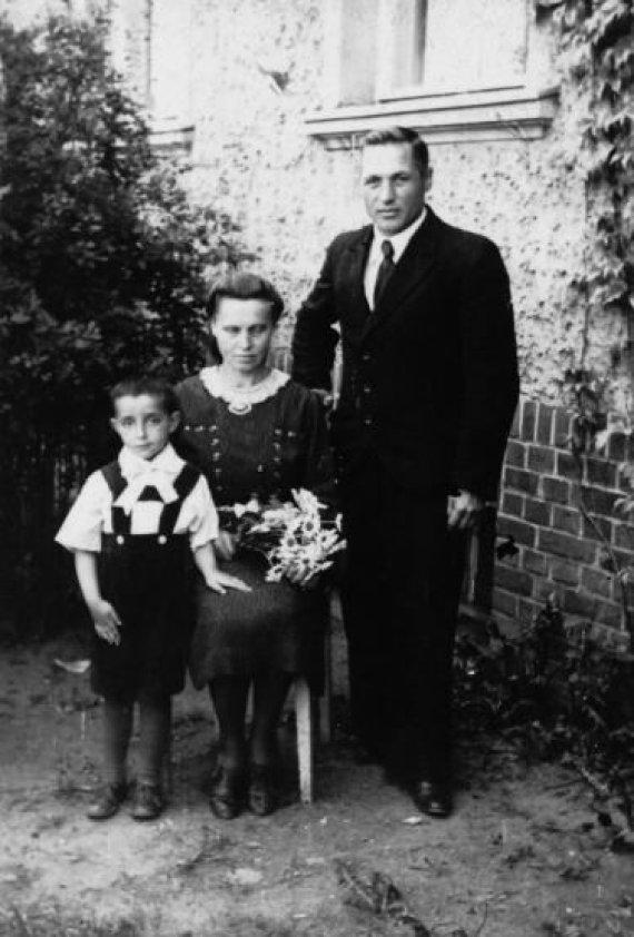 Asmeninio archyvo nuotr./R.J.Veksleris-Vaškinelis su įtėviais Piotru ir Emilija Vaškineliais