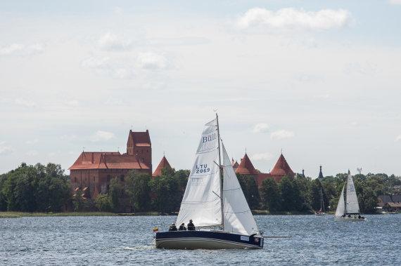 """Josvydo Elinsko / 15min nuotr./Trakų ežerą nuspalvino regatos """"Platu25 taurė"""" burės: III etapas"""