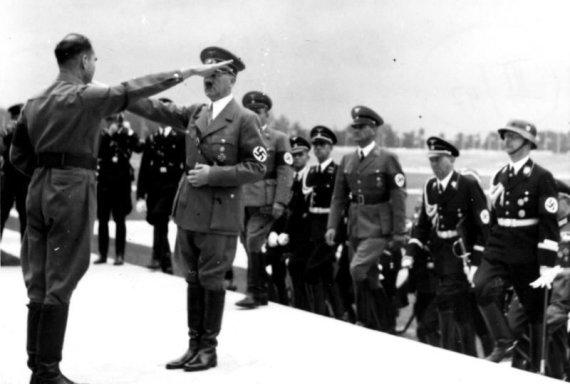 Vokietijos Bundesarchyvo/Wikimedia.org nuotr./Rudolfas Hessas sveikina Adolfą Hitlerį per nacistų partijos suvažiavimą 1935-aisiais