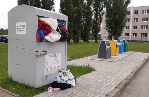 kurjeris.lt/Daivos Žebelienės nuotr./Perpildyti tekstilės konteineriai Tauragėje
