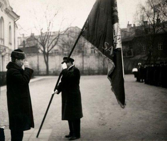Mejerio Smečechausko nuotrauka, LCVA/A. Smetona įteikia vėliava LŽKDLNAS, 1934 m., Kaunas.