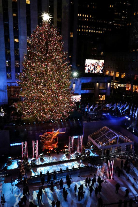 """""""Reuters""""/""""Scanpix"""" nuotr./Kalėdų eglės Rokfelerio centre, Niujorke įžiebimo akimirka"""