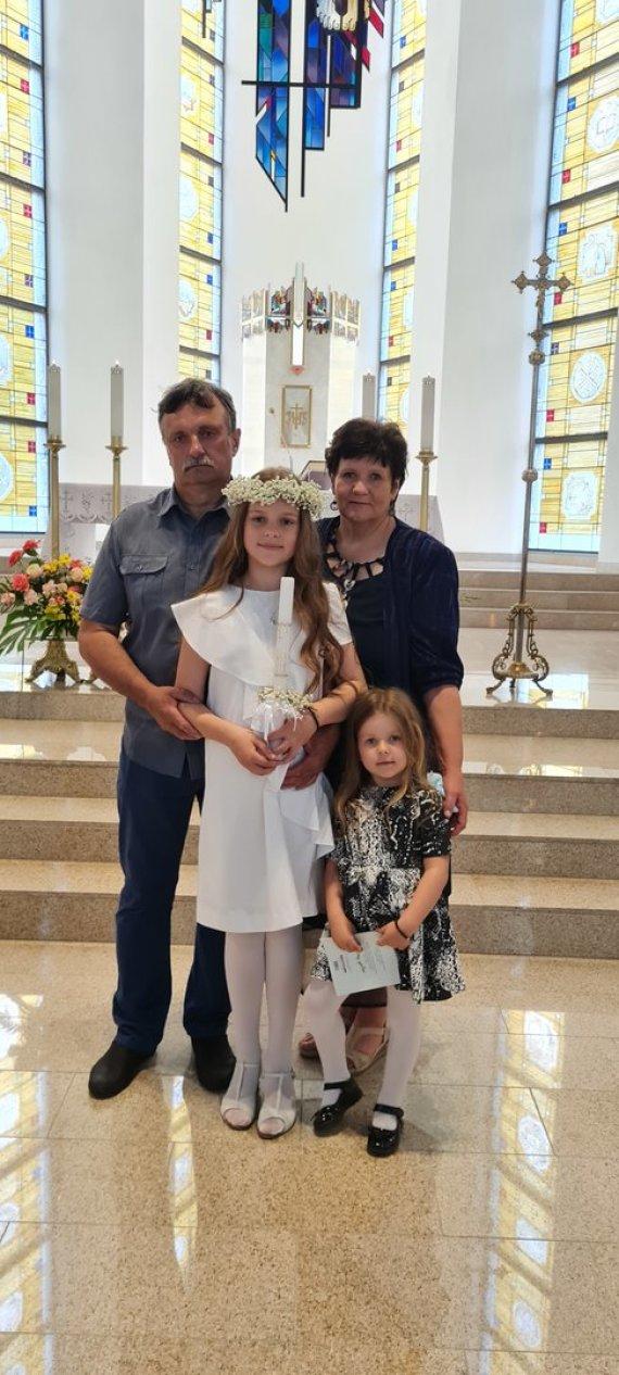 Asmeninio albumo nuotr./A.Rimiškio dukra Lėja su seneliais Rita ir Vidu