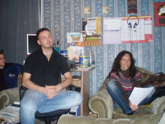 """Asmeninio albumo nuotr./Asta Pilypaitė su """"Johnny2Bad"""" vokalistu Birminghame dainos """"Mano saldainiuk"""" įrašo metu"""