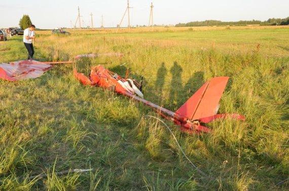 Ričardo Anusausko nuotr./Į elektros laidus įsirėžusio eksperimentinio lėktuvo dalys.