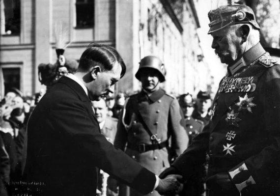 Vokietijos Bundesarchyvo/Wikimedia.org nuotr./Reichskancleriu paskirtas Adolfas Hitleris pagarbiai sveikinasi su reichsprezidentu Pauliumi von Hindenburgu (1933 m. kovo 21 d.)