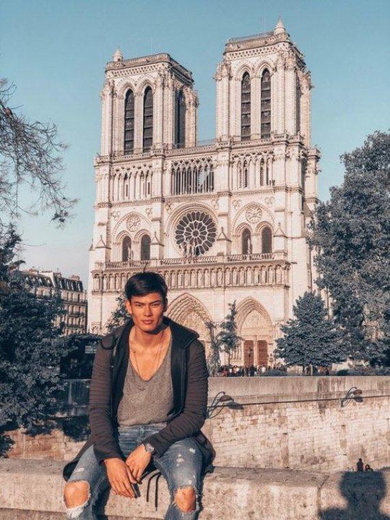 Asmeninio albumo nuotr./Simonas Pham prie Dievo Motinos katedros Paryžiuje