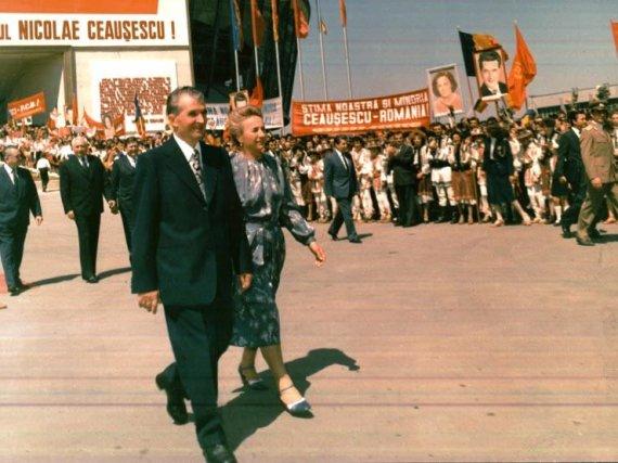 Wikipedia.org nuotr./Asmens kulto apogėjus socialistinėje Rumunijoje: Nicolae ir Elena Ceaușescu (1986 m.)