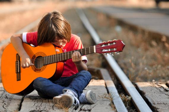 Shutterstock nuotr./Berniukas, grojantis gitara