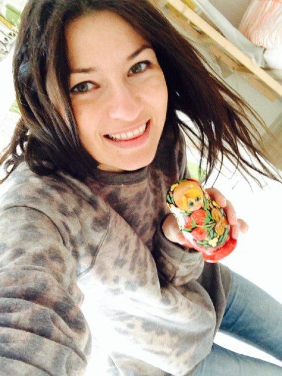 Asmeninio albumo nuotr./Agnė Sankt Peterburge su vienu iš rusiškiausių suvenyrų – matrioška