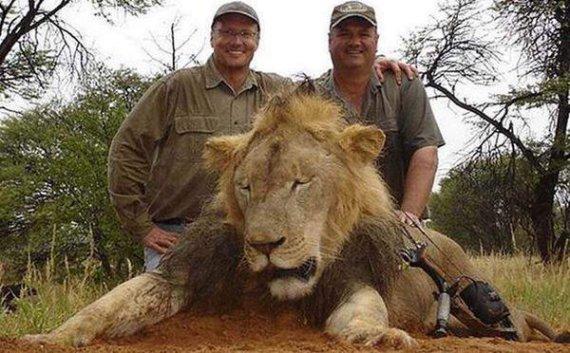 """Nuotr. iš """"Twitter""""/Walteris Palmeris (kairėje) su nužudytu liūtu"""