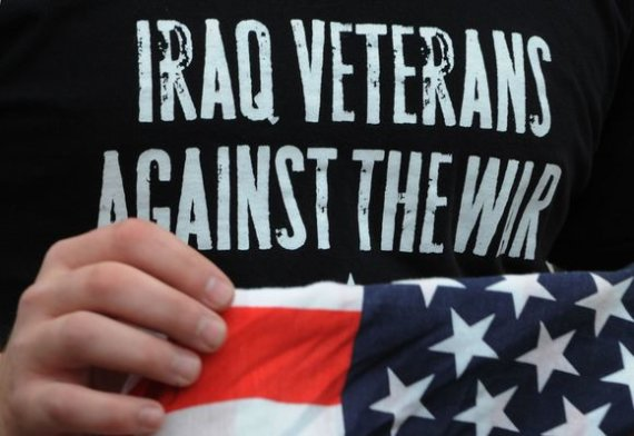 """AFP/""""Scanpix"""" nuotr./Užrašas ant protestuotojo marškinėlių"""