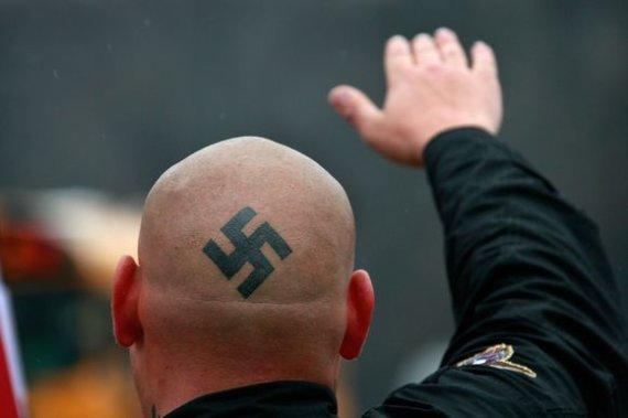"""AFP/""""Scanpix"""" nuotr./Radikaliai nusiteikę protestuotojai net ir galvas pasipuošė svastikomis."""