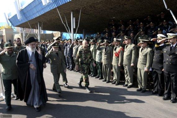 """""""Reuters""""/""""Scanpix"""" nuotr./Ajatola Ali Khamenei sveikinasi su Irano kariuomenės vadais."""