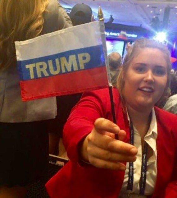 """Nuotr. iš  """"Twitter""""/CPAC dalyvė su Rusijos vėliava"""