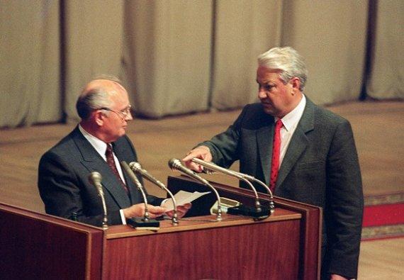 """AFP/""""Scanpix"""" nuotr./Michailas Gorbačiovas ir Borisas Jelcinas 1991 metų rugpjūčio 22-ąją"""