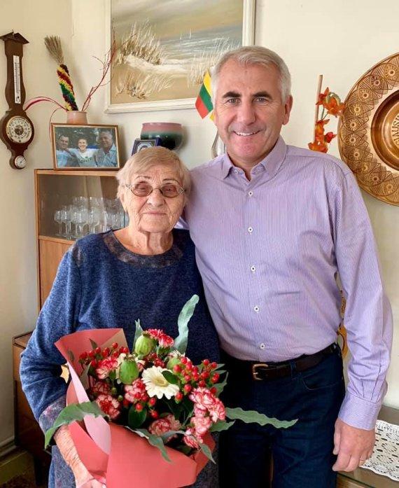 """Nuotrauka iš V.Ušacko """"Facebook""""/44 metus mokytoja išdirbusią mamą Laimą, pastaruoju metu jau pensininkę, o tuo pačiu ir visus mokytojus V.Ušackas feisbuke sveikino su profesine pedagogų diena."""