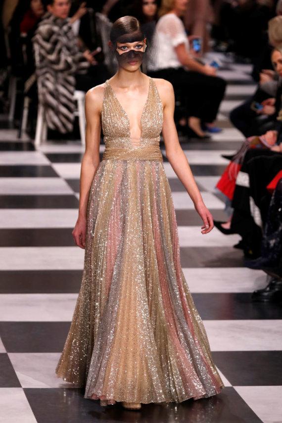 """""""Reuters""""/""""Scanpix"""" nuotr./""""Christian Dior Haute Couture"""" 2018 m. pavasario ir vasaros kolekcijos modelis"""