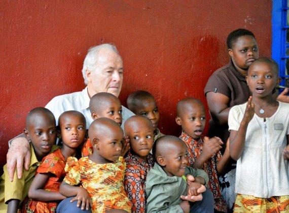 """Kelionių organizatoriaus """"GRŪDA"""" nuotr./Misionierius H. Šulcas su savo globotiniais, Ruanda"""
