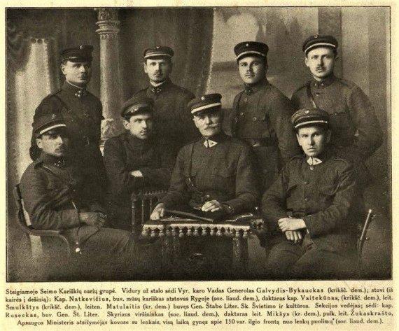 Atspindžiai, 1920, Nr. 1, p. 2./Steigiamojo Seimo nariai kariškiai, atstovavę įvairioms parlamentinėms frakcijoms A.Matulaitis stovi trečias iš kairės