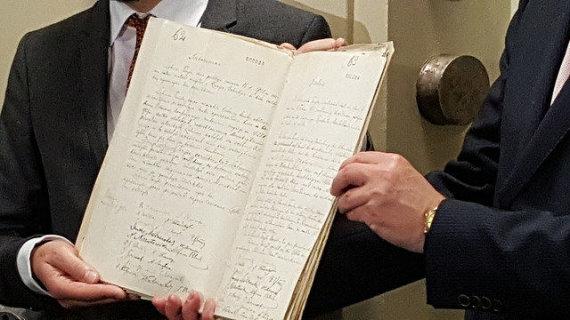 URM nuotr./Lietuvos ambasadorius Vokietijoje D.Matulionis apžiūri Vasario 16-osios akto originalą