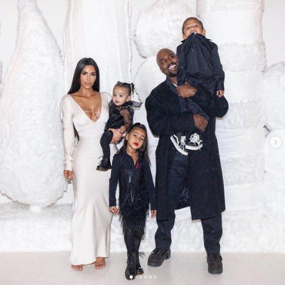 """""""Instagram"""" nuotr./Kim Kardashian ir Kanye Westas su vaikais Chicago, North ir Saintu"""
