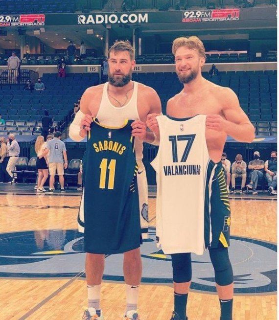 """Jono Valančiūno """"Instagram"""" paskyros nuotr./Jonas Valančiūnas ir Domantas Sabonis apsikeitė marškinėliais po rungtynių"""