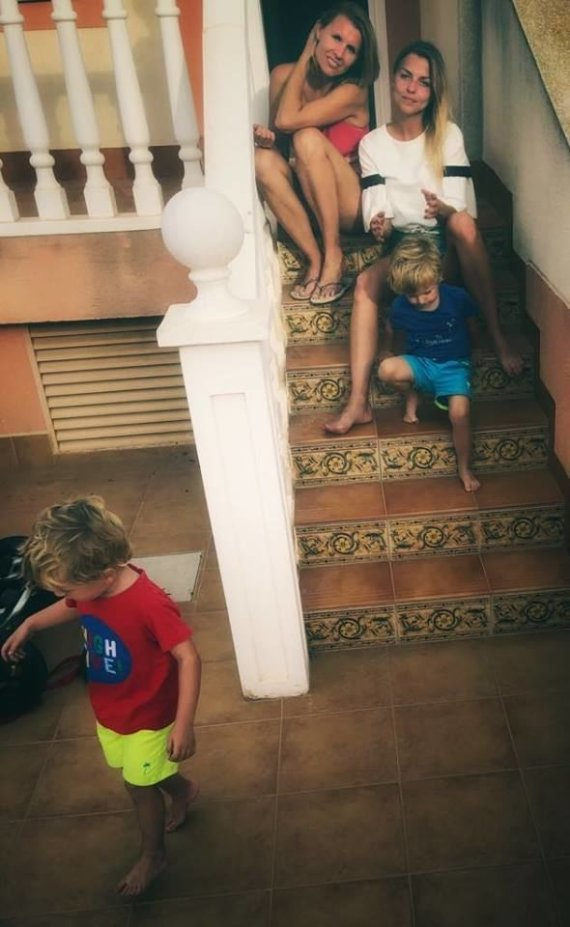 Asmeninio albumo nuotr./Vaida Skaisgirė su seserimi Egle ir jos vaikais Ispanijoje