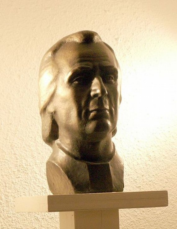 Wikipedijos iliustr./K.Donelaičio biustas Tolminkiemyje