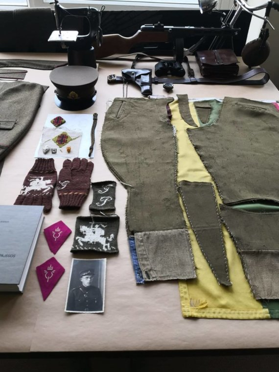 Asmeninio archyvo nuotr./Giedriaus Paulausko atkuriama partizanų uniforma