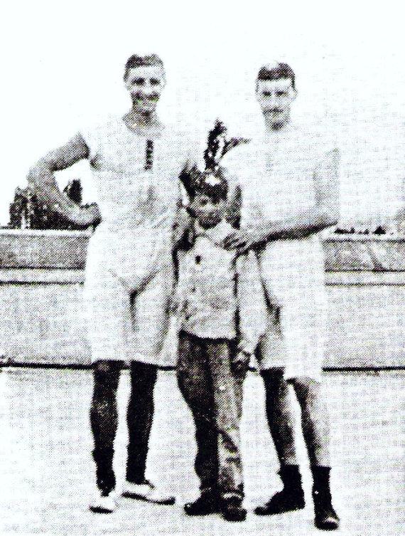 Wikipedia Commons nuotr./Francois Brandtas, Roelfas Kleinandas ir nežinomas berniukas, tapęs olimpiniu čempionu