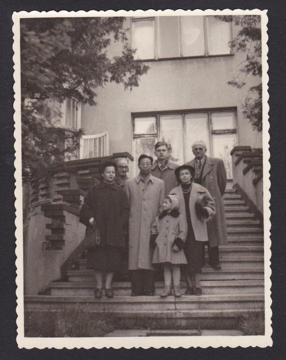 Venclovų namų-muziejaus nuotr./ LIMIS archyvo nuotr./Grupinė fotografija iš kairės: Marija Cvirkienė, Merkelis Račkauskas kinų literatūrologas Ge Baociuan, Tomas Venclova, Eliza Venclovienė, Karolis Vairas-Račkauskas, 1955 gegužės 27 d.