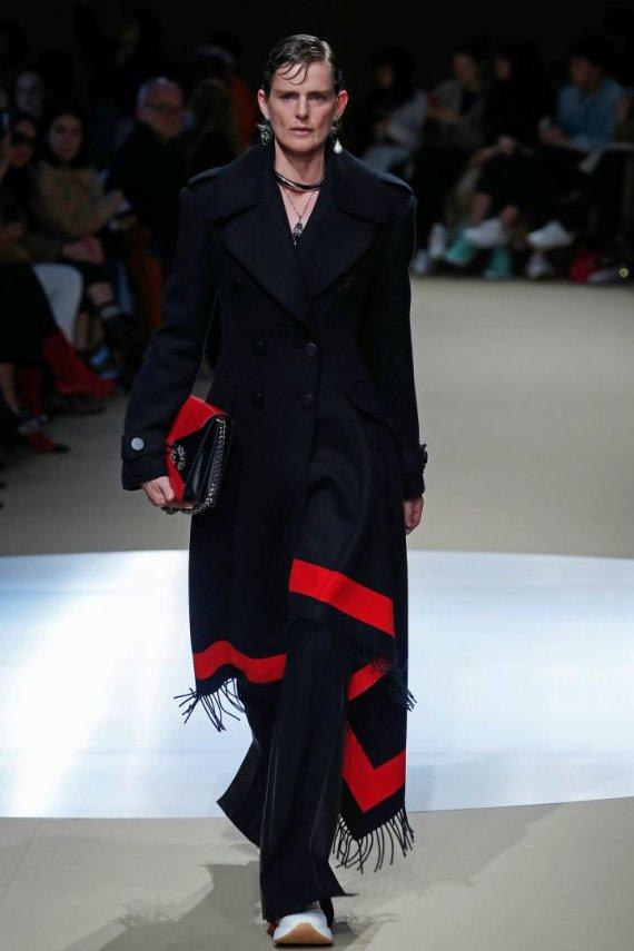 "AFP/""Scanpix"" nuotr./""Alexander McQueen"" 2018–2019 m. rudens ir žiemos kolekcijos modelis"