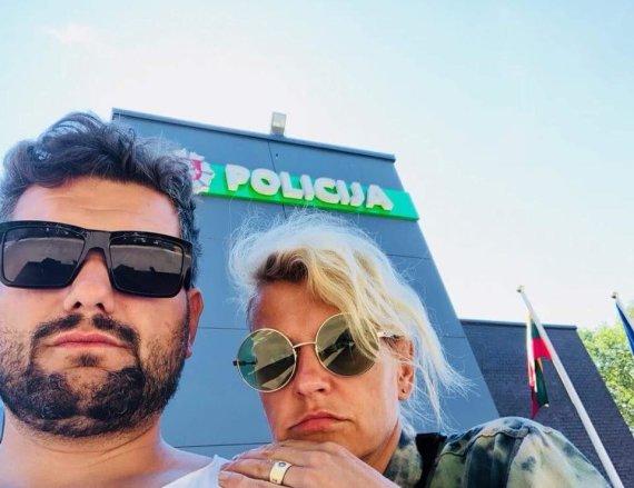 Asmeninio albumo nuotr./Laura Paukštė ir Dominykas Kubilius prie Palangos policijos komisariato