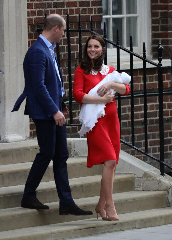 """""""Scanpix"""" nuotr./Princas Williamas ir Kembridžo hercogienė Catherine su sūnumi"""