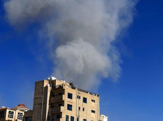 """AFP/""""Scanpix"""" nuotr./Jemeno sostinę Saną sudrebino aviacijos smūgiai"""