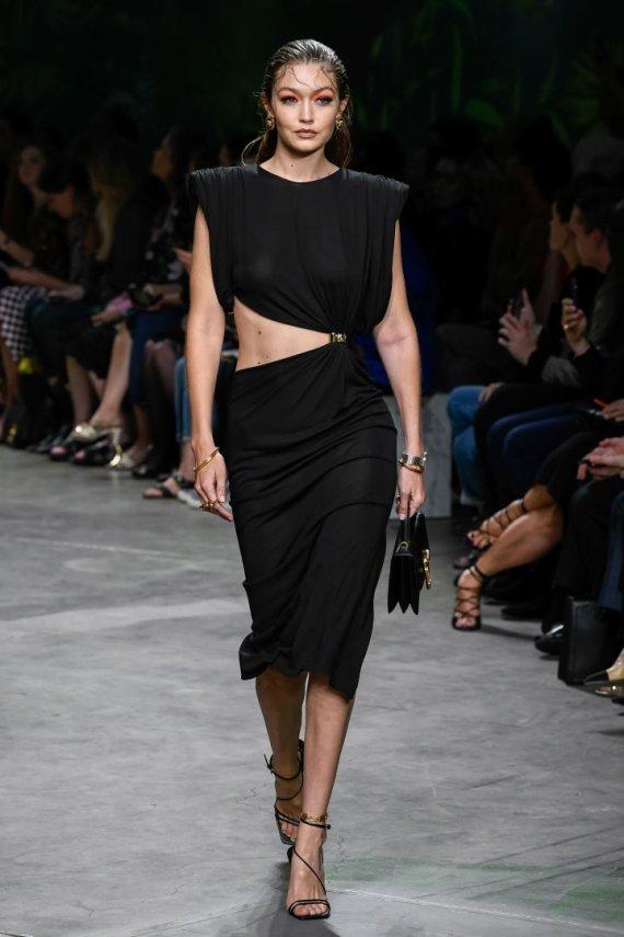 """""""Scanpix""""/""""Sipapress"""" nuotr./""""Versace"""" 2020 m. pavasario ir vasaros kolekcija: Gigi Hadid"""