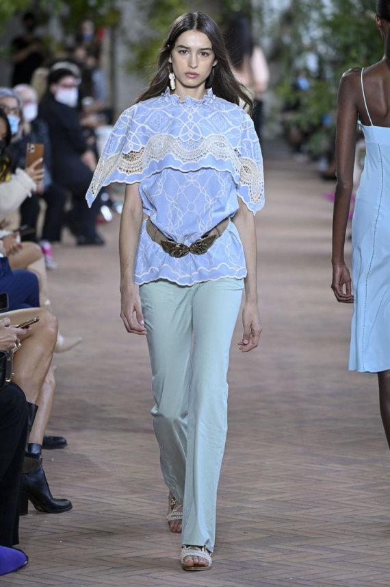 """""""Scanpix""""/""""Cover Images"""" nuotr./""""Alberta Ferretti"""" 2021 m. pavasario ir vasaros kolekcijos modelis"""