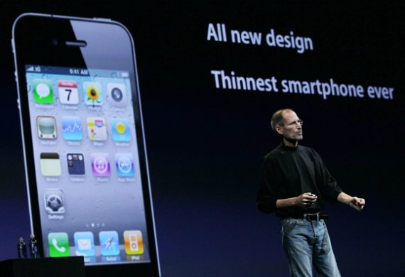 """AFP/""""Scanpix"""" nuotr./S.Jobsas pristatė ploniausią išmanųjį telefoną rinkoje """"iPhone 4""""."""
