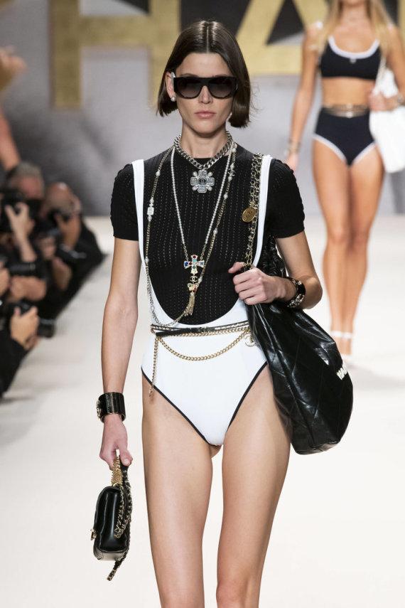 """""""Scanpix""""/""""SIPA"""" nuotr./""""Chanel"""" 2022 m. pavasario ir vasaros kolekcijos modelis"""