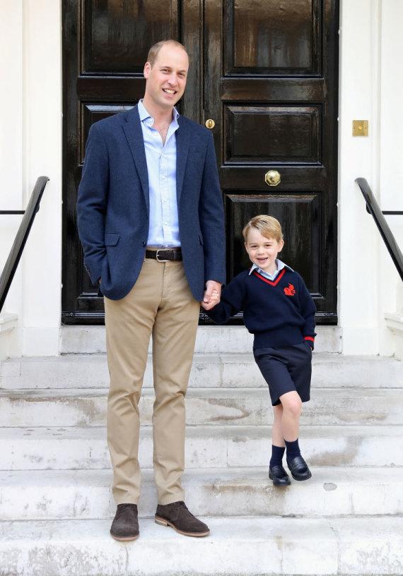 """""""Reuters""""/""""Scanpix"""" nuotr./Princas Williamas su sūnumi princu George'u pirmą dieną mokykloje"""