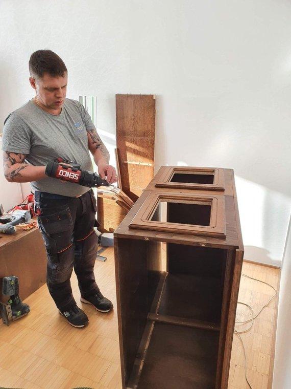 Asmeninio archyvo nuotr./Mindaugas iš senos sekcijos gamina vaiko žaidimų namelį