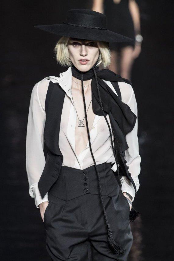 """""""Scanpix""""/""""SIPA"""" nuotr./""""Yves Saint Laurent"""" 2019 m. pavasario ir vasaros kolekcijos modelis"""
