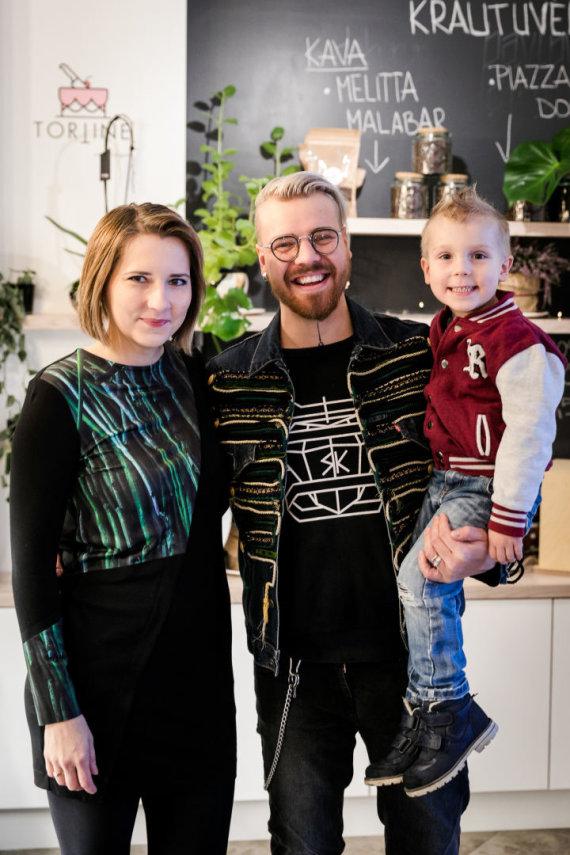 Renginio organizatorių nuotr./Robertas Kalinkinas su žmona Agne ir sūnumi