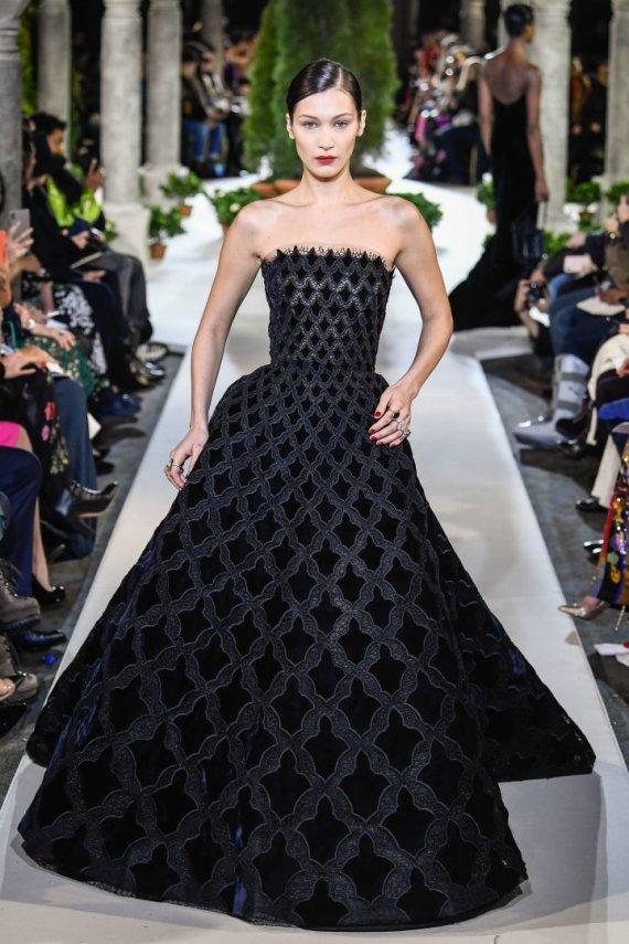 """""""Scanpix""""/""""SIPA"""" nuotr./""""Oscar de la Renta"""" 2019–2020 m. rudens ir žiemos kolekcijos modelis"""