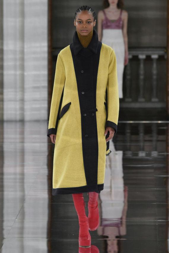 """Scanpix""/""SIPA"" nuotr./""Victoria Beckham"" 2020–2021 m. rudens ir žiemos kolekcijos modelis"