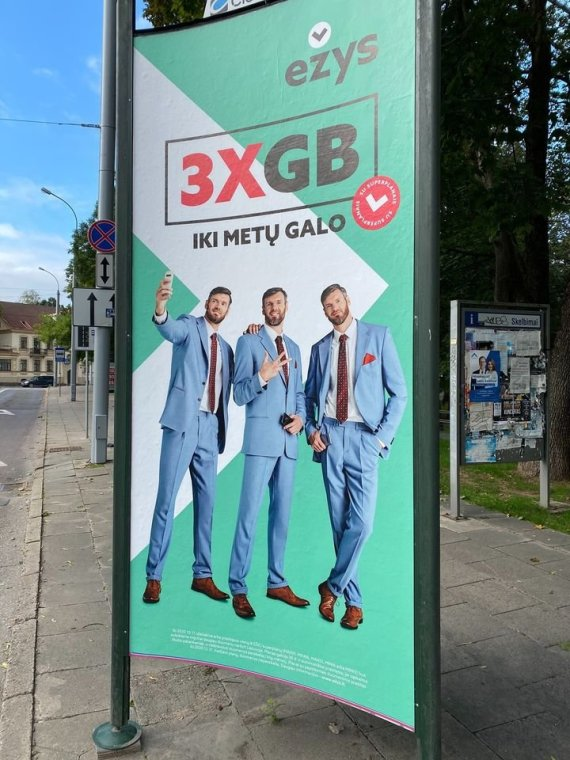 """Jurgio Didžiulio nuotr./""""Ežio"""" reklama su Lavrinovičiais"""