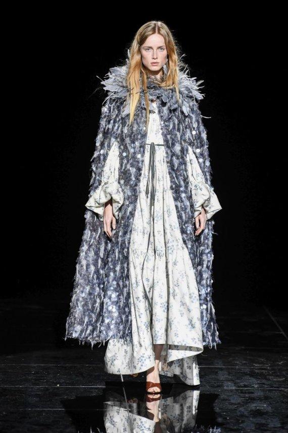 """""""Scanpix""""/""""SIPA"""" nuotr./""""Marc Jacobs"""" 2019 – 2020 m. rudens ir žiemos kolekcijos modelis"""